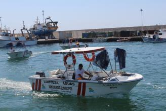 Casi 30 barcos quitanatas para retirar medusas, plásticos y basura